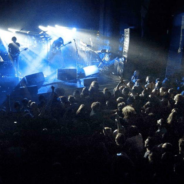 Sala senza poltrone per concerti